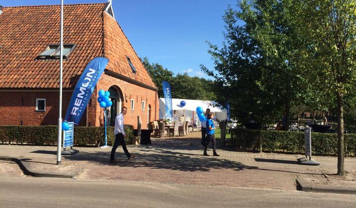Remon Waterontharders naast het Ky-hotel in Roden